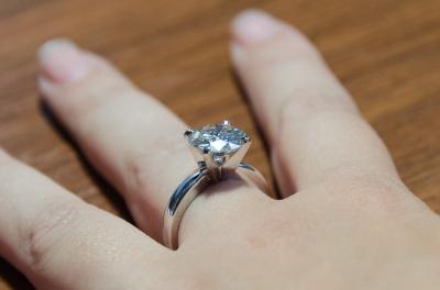 Кольцо из белого золота с крупным камнем 4 карата