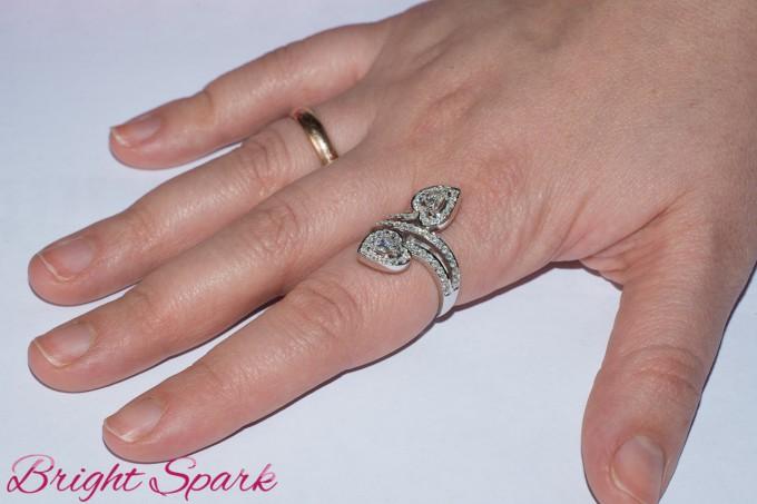 Роскошное золотое кольцо с камнями сердечками на 1,2 карата