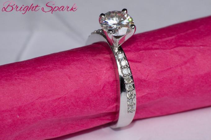 Кольцо с дорожкой и крупным камнем 1,2 карата