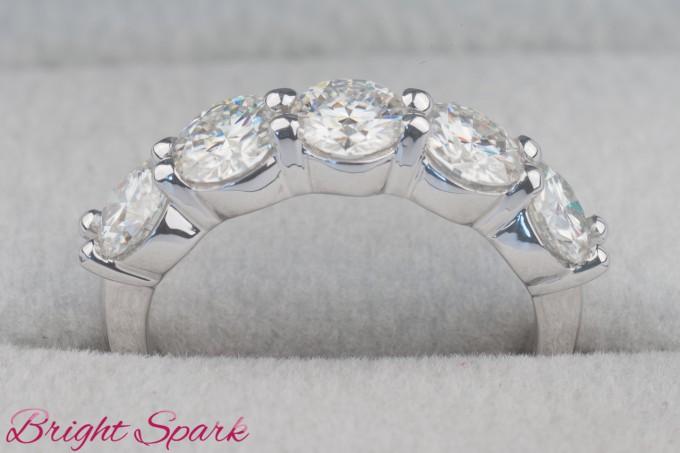 Обручальное кольцо из белого золота с пятью камнями по 0,5 карата