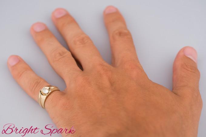 Мужской перстень с овальным камнем на пол карата