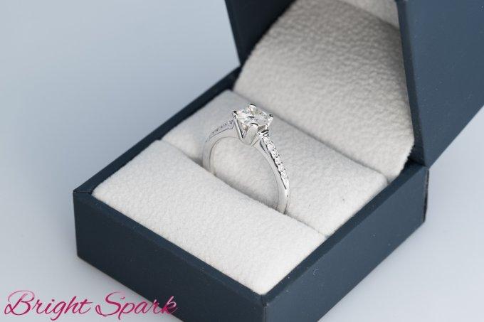 Помолвочное кольцо Vita с муассанитом 1 карат и дорожкой