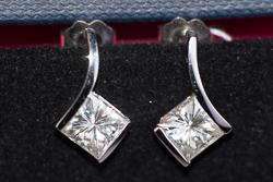 Элегантные серьги с квадратными камнями на 1,6 карата