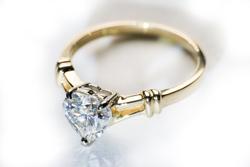 Золотое кольцо с муассанитом в виде сердца