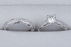 Комплект из помолвочного и обручального кольца с муассанитами