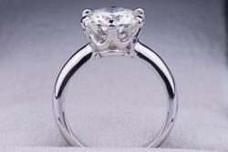 Помолвочное кольцо из белого золота с муассанитом  3 карата