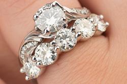 Кольцо с цветочными мотивами из белого золота