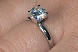 Кольцо для помолвки с муассанитом фото