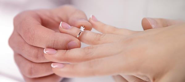 Помолвочное кольцо на пальце