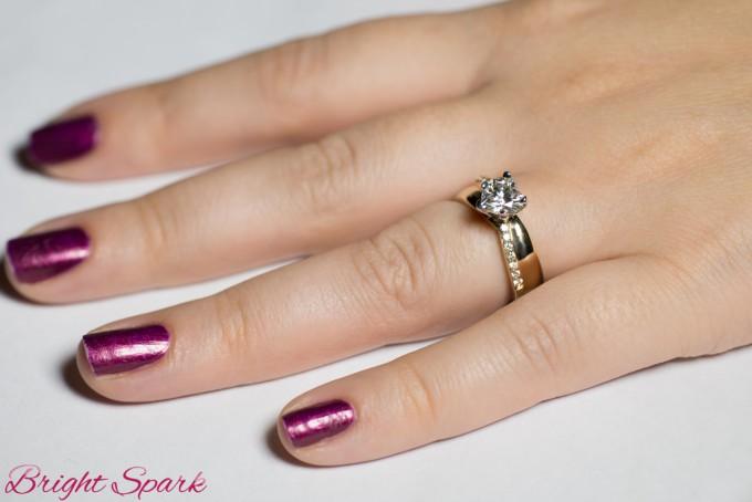 Кольцо с камнем-сердцем, отделанное бриллиантами