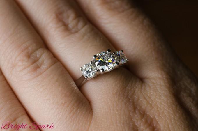 Золотое кольцо с 3 муассанитами