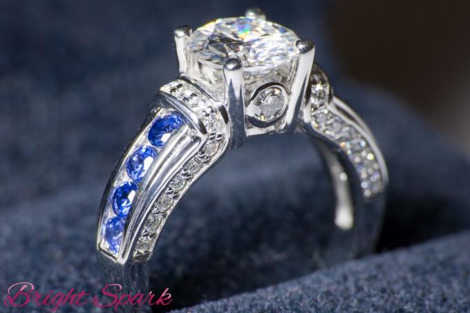 Помолвочное кольцо с сапфирами и муассанитом 7,5 мм