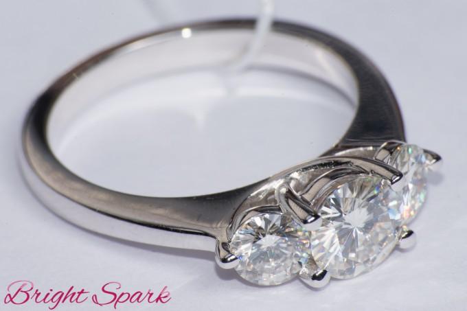 Тонкое кольцо с тремя камнями на 1,3 карата