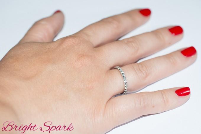 Элегантное кольцо с камнями по кругу на 0,8 карата