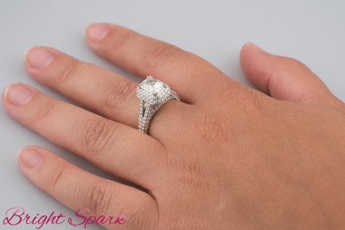 Роскошное кольцо с крупным радиантом и россыпью
