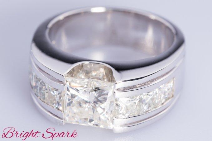 Мужской перстень с квадратным камнем из белого золота