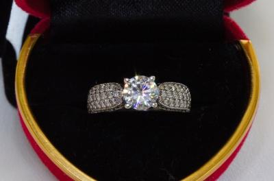 Кольцо Avery с муассанитом 1 карат и бриллиантами