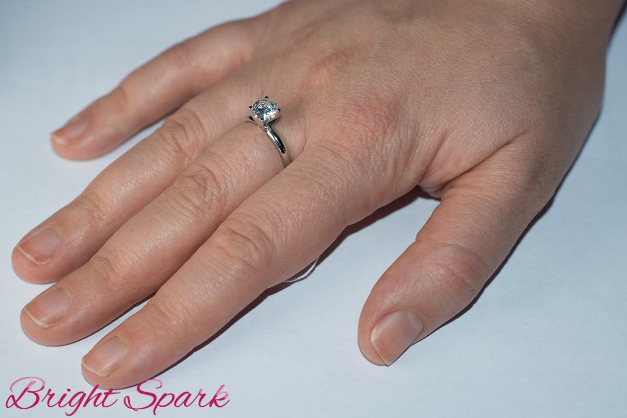бриллиант в 1 карат на руке фото