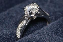 Кольцо с цветочными мотивами, украшенное бриллиантами