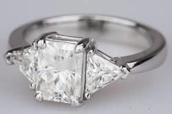 Золотое кольцо с радиантом и триллионами