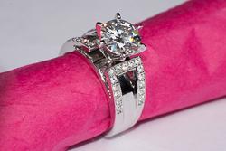 Роскошное широкое кольцо с камнем на 2 карата