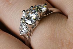 Золотое кольцо с тремя камнями дизайна трельяж
