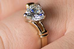 Золотое кольцо с муассанитом в форме сердца