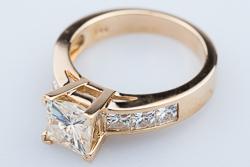 Кольцо с квадратными камнями из желтого золота