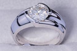 Мужской перстень из белого золота с муассанитом 2,7 карата