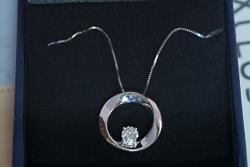 Золотой кулон в виде круга с камнем муассанитом 0,35 карата