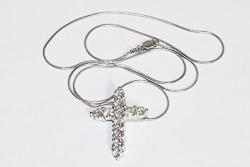 Кулон крест из белого золота с камнями муассанитами на 2,7 карата