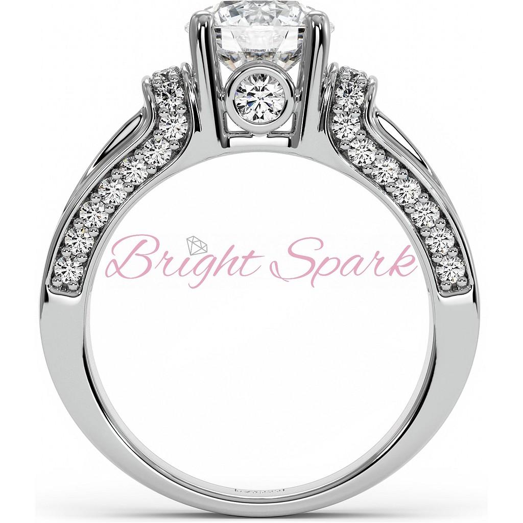 Красивое кольцо с муассанитами из белого золота