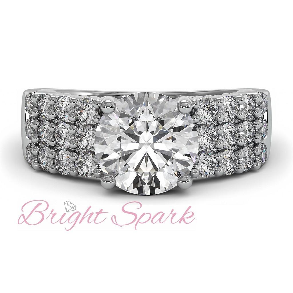 Широкое кольцо 2 карата с тремя дорожками бриллиантов по шинке