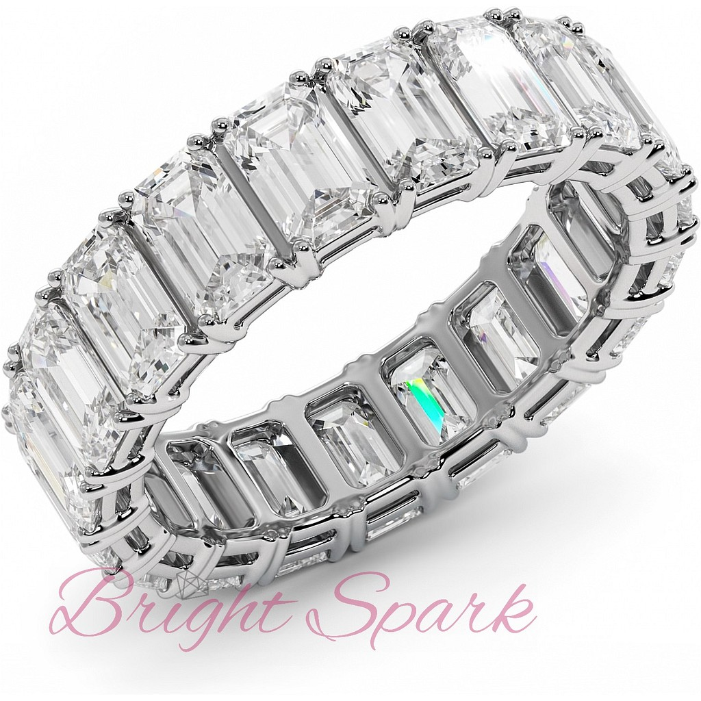 Кольцо с бриллиантами изумрудной огранки по кругу белое золото