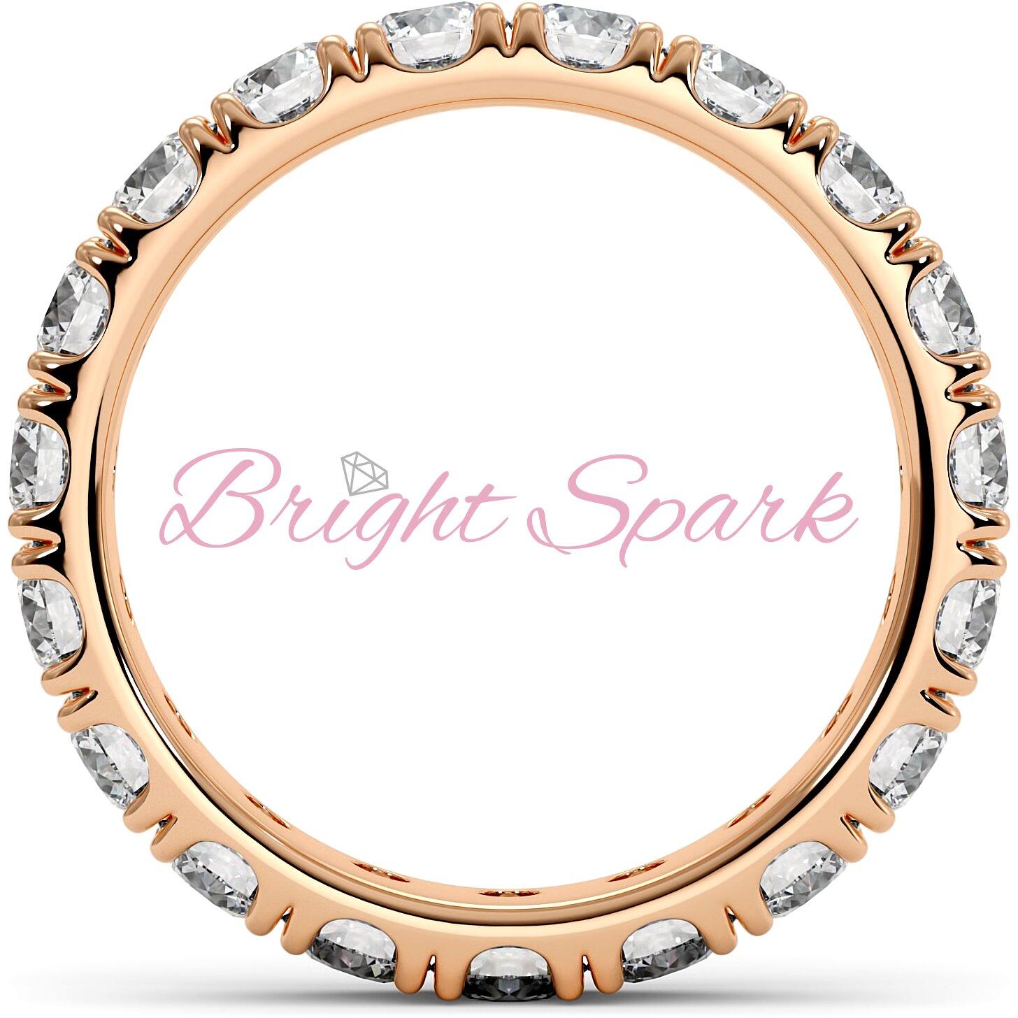 Изящное кольцо розового золота с камнями по кругу