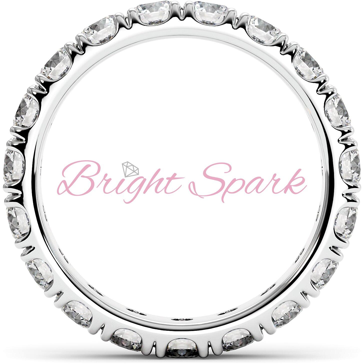 Изящное кольцо белого золота с камнями по кругу