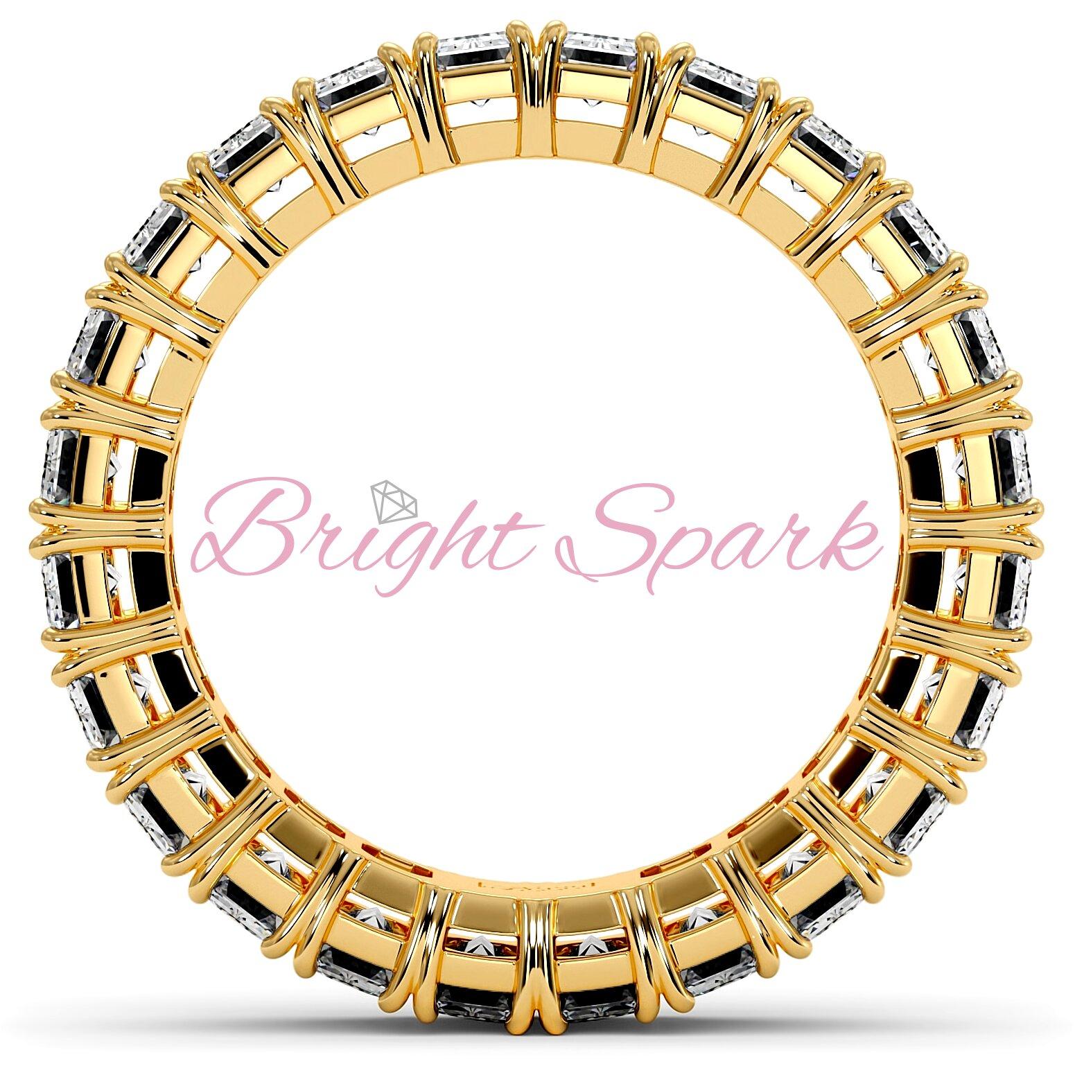 Кольцо с бриллиантами изумрудной огранки по кругу желтое золото на 3,6 карата